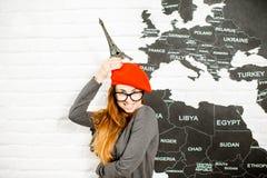 Женщина мечтая о отключении к Парижу Стоковое фото RF