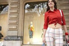 женщина мешков ходя по магазинам стоящая Стоковое Фото