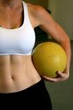 женщина микстуры удерживания шарика подходящая Стоковое фото RF