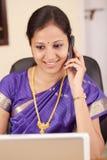 женщина мобильного телефона индийская говоря Стоковое Фото