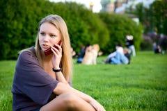 женщина мобильного телефона Стоковые Фотографии RF