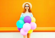 Женщина моды делает поцелуй воздуха с воздушными шарами воздуха красочными Стоковые Изображения