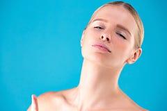 Женщина моды красоты показывает томность Красивая модельная девушка с совершенным составляет Выстрел в голову взволнованности Изо стоковые фотографии rf