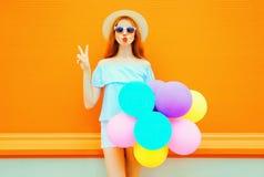 Женщина моды с воздушными шарами воздуха красочными делает поцелуй воздуха Стоковое фото RF