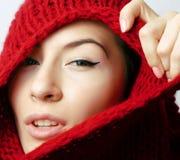 Женщина молодого брюнета милая в красном свитере на всем ее сторона, ch стоковые фото