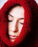 Женщина молодого брюнет хмурая в свитере на всем ее messed сторона, стоковая фотография rf