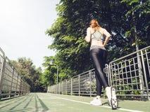 Женщина молодого спорта азиатская бежать вверх на лестницах города Люди спорта фитнеса и здоровая концепция образа жизни Стоковое Изображение