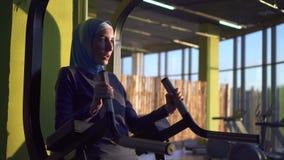 Женщина молодого фитнеса мусульманская в hijab нагнетает вверх прессу сток-видео