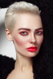 Женщина молодой красивой платины белокурая блестящая с красной тушью Стоковые Фото