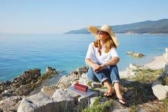 Женщина морем стоковая фотография