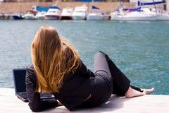 женщина моря компьтер-книжки Стоковая Фотография RF