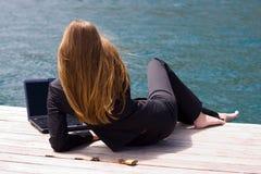 женщина моря компьтер-книжки Стоковое Изображение RF
