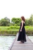 женщина моста средняя стоящая Стоковое Фото