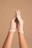 Женщина моделируя на винтажных белых перчатках при пересеченные пальцы Стоковая Фотография RF