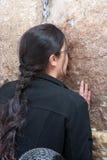 Женщина молит на голося стене. Стоковое Изображение RF