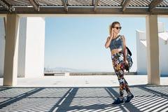 Женщина молодого фитнеса blondy в музыке sportswear слушая Стоковые Изображения RF