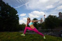 Женщина молодой блондинкы подходящая атлетическая работая в парке Стоковое Изображение