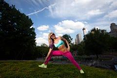 Женщина молодой блондинкы подходящая атлетическая работая в парке Стоковые Фотографии RF