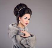 Женщина моды в меховой шыбе норки Состав красотки шикарный стиль причёсок Стоковая Фотография