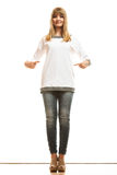 Женщина моды в пустой белой футболке Стоковые Изображения RF