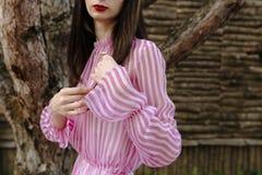 Женщина моды в сексуальном розовом платье Стоковое фото RF