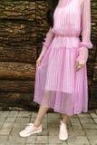 Женщина моды в сексуальном розовом платье Стоковые Изображения