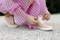 Женщина моды в сексуальных розовых ботинках Стоковые Изображения RF