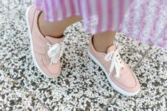Женщина моды в сексуальных розовых ботинках Стоковое Фото