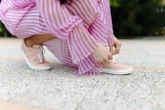 Женщина моды в сексуальных розовых ботинках Стоковая Фотография