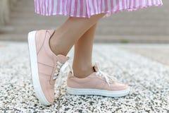 Женщина моды в сексуальных розовых ботинках Стоковые Фотографии RF