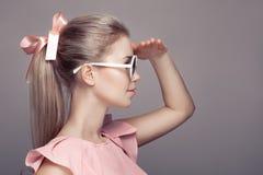 Женщина моды в солнечных очках смотря прочь Стоковое фото RF
