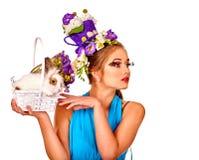 Женщина моды в стиле пасхи держа зайчика и цветки Стоковые Изображения