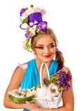 Женщина моды в стиле пасхи держа зайчика и цветки Стоковое Фото