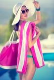 Женщина моды в шляпе лета стоковая фотография