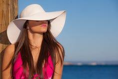 Женщина моды лета с шляпой пляжа стоковая фотография rf