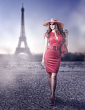 Женщина моды красивая в Париже, Франции Стоковая Фотография