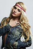 Женщина моды молодая красивая белокурая девушка сексуальная Курчавый стиль причёсок Стоковые Изображения