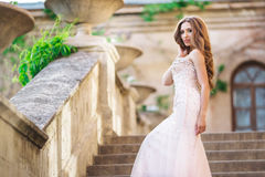 Женщина моды носит bridal роскошное платье стоковая фотография rf