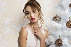 Женщина моды около рождественской елки Стоковое фото RF