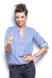 Женщина моды показывая большие пальцы руки вверх показывать Стоковое Изображение RF