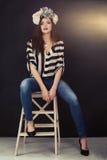 Женщина моды сексуальная на темноте Стоковые Фото