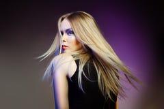 Женщина моды с профессиональными составом и стилем причёсок Стоковая Фотография