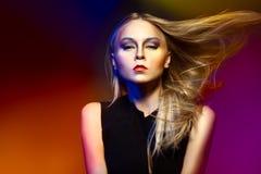 Женщина моды с профессиональными составом и стилем причёсок Стоковые Фото