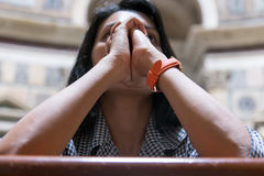 Женщина моля в базилике стоковое изображение