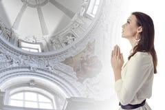 Женщина моля в виске Стоковая Фотография RF