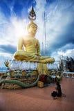 """Женщина моля перед статуей Будды на """"Wat Tham Suea Стоковые Изображения RF"""