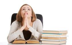 Женщина моля для того чтобы сдать экзамен стоковые фото