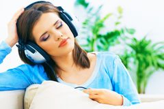 Женщина музыки Нот девушки слушая с наушниками Стоковое фото RF