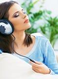 Женщина музыки Нот девушки слушая с наушниками Стоковые Фотографии RF
