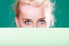 Женщина наблюдает за белым знаком Стоковая Фотография RF